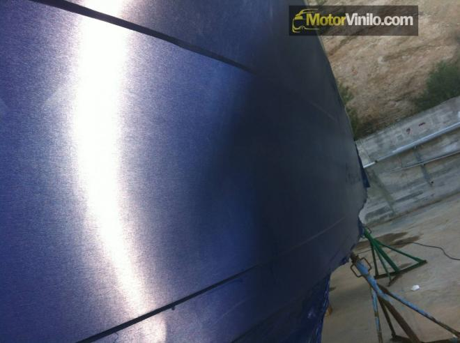 Detalle vinilo azul cepillado 3M textura