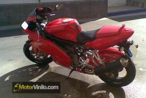 Tubo de Escape de una Ducati con Vinilo Carbono Brillante 3M
