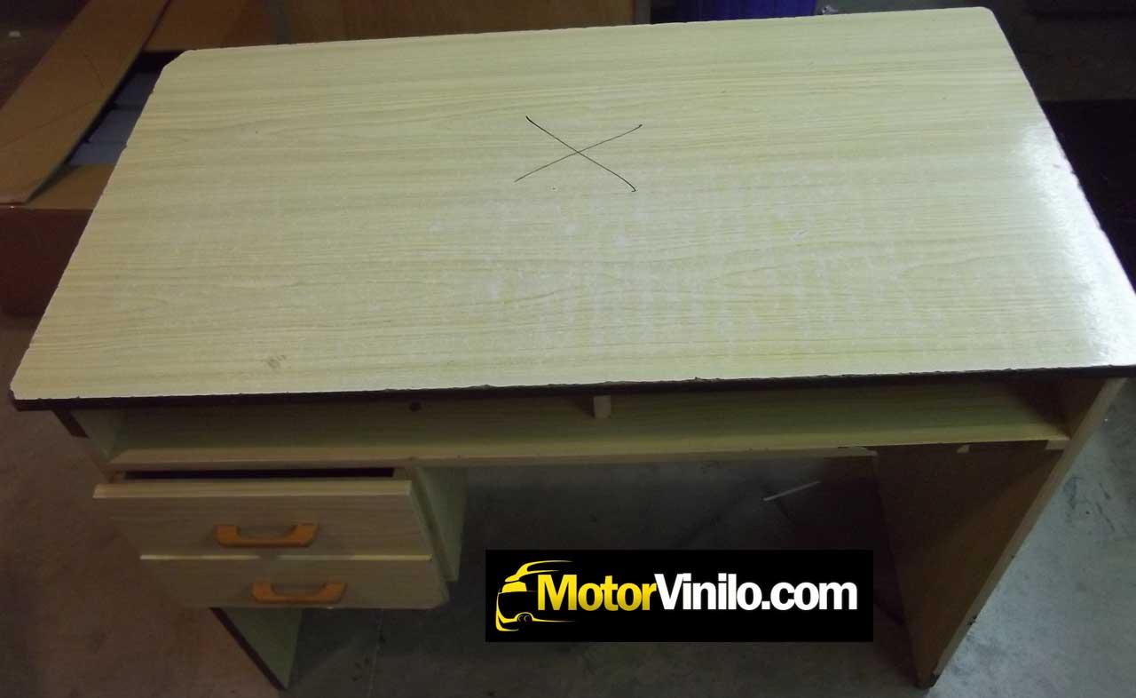 Restauraci n mesa de madera con vinilo mueble con vinilo for Papel imitacion madera para muebles