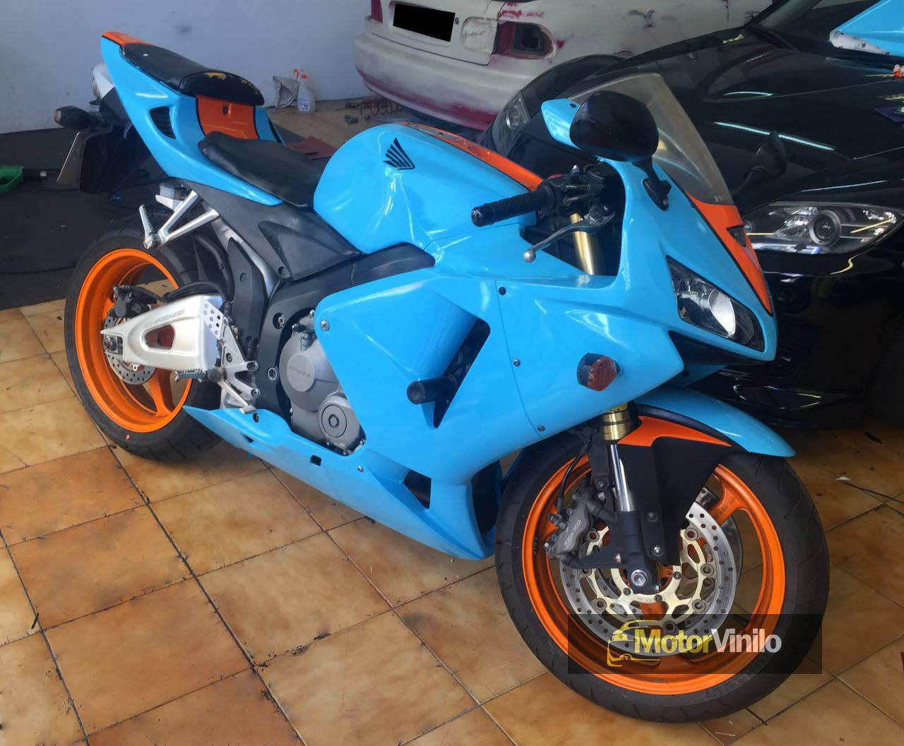 499639925 Honda CBR con vinilo estilo Gulf. Decoración completa