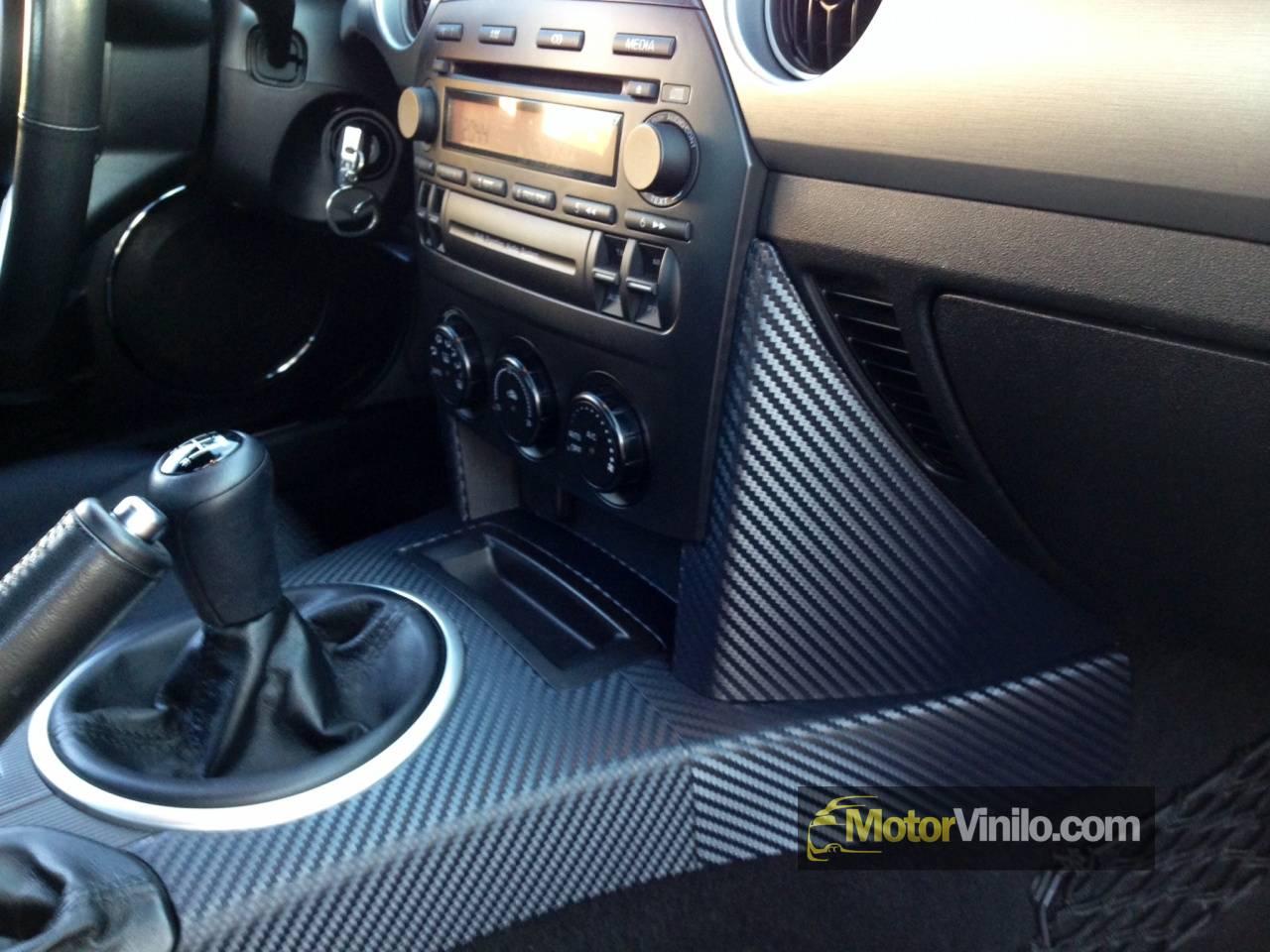 Consola central de un Mazda MX-5 forrada con vinilo de carbono 3M DI ...